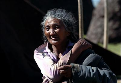 old-tibetan-woman-living-beside-namsto-lake